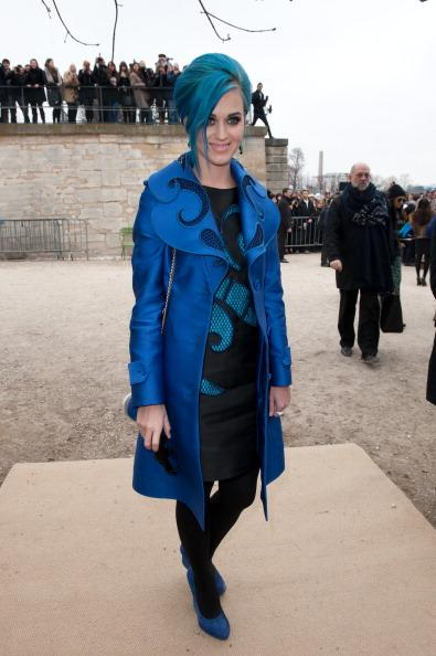 Katy Perry arrive au défilé Viktor and Rolf à la Fashion Week de Paris.