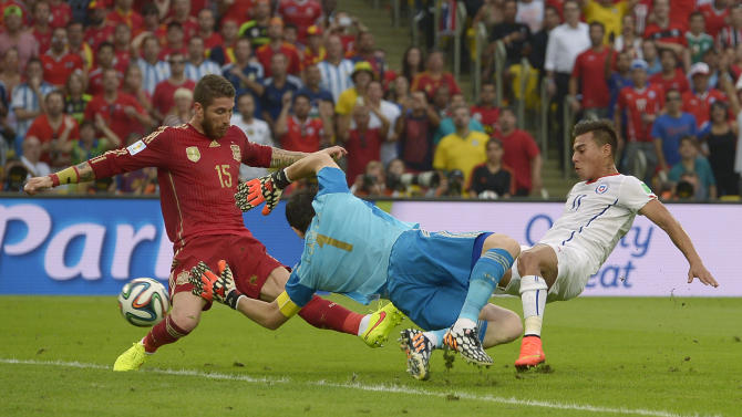 Chile's Eduardo Vargas, right, scores the opening goal during the group B World Cup soccer match between Spain and Chile at the Maracana Stadium in Rio de Janeiro, Brazil, Wednesday, June 18, 2014. (AP Photo/Manu Fernandez)