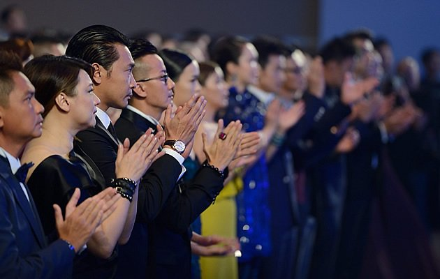 Stars stand up and give a standing ovation after the late Huang Wenyong's Top 10 Popular Male Artiste Award is announced (Yahoo! Photo / Liew Tong Leng)