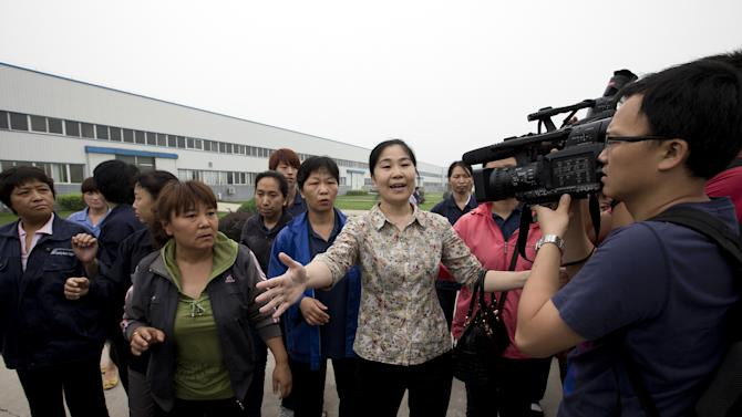 Chinese workers holding US boss say wages unpaid
