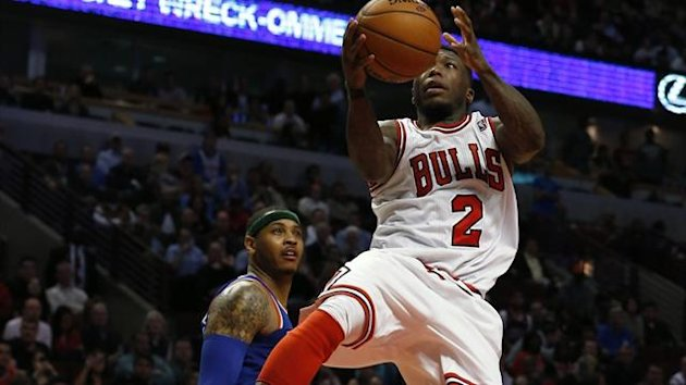 Chicago Bulls' Nate Robinson (R) goes the the basket against New York Knicks' Carmelo Anthony during the overtime (Reuters)