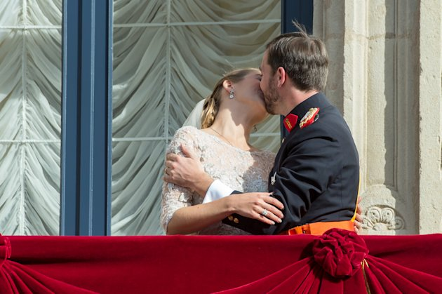 Luxembourg&#39;s Prince Guillaume and Countess Stephanie kiss on the balcony of the Royal Palace after their wedding in Luxembourg, Saturday, Oct. 20, 2012. (AP Photo/Geert Vanden Wijngaert)