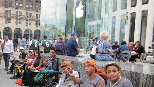 How to make thousands of dollars just by standing in line for the iPhone 6