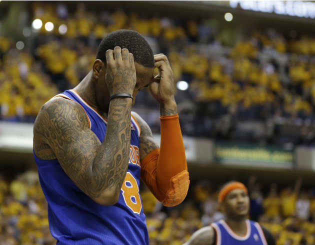 J.R. Smith, de los Knicks de Nueva York, se lamenta durante la segunda mitad del sexto partido de la serie ante los Pacers de Indiana, en las semifinales de la Conferencia del Este de la NBA, el sbad