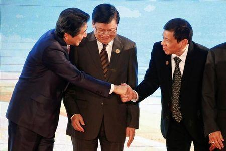 As Duterte embraces China, Japan's Abe set to roll out warm welcome