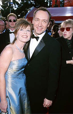 Edward Norton looks on at Kevin Spacey and gal 72nd Annual Academy Awards Los Angeles, CA 3/26/2000