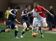 AS Monaco's Layvin Kurzawa (R) challenges Sochaux's Sebastien Corchia (C) and Julien Faussurier during their French Ligue 1 soccer match at Louis II stadium in Monaco March 8, 2014. REUTERS/Eric Gaillard (MONACO - Tags: SPORT SOCCER)