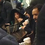 Lady Gaga en silla de ruedas en Starbucks