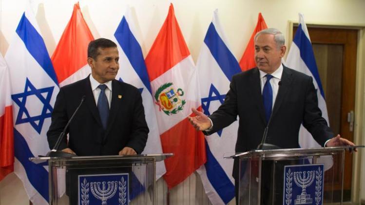 O primeiro-ministro israelense, Benjamin Netanyahu (R) está ao lado do presidente do Peru, Ollanta Humala durante a sua conferência de imprensa conjunta em Jerusalém em 17 de fevereiro de 2014