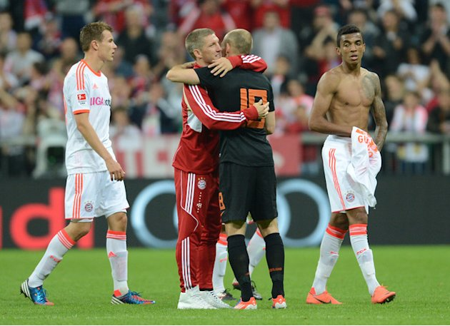 Bayern Munich's Midfielder Bastian Schweinsteiger (2nd L) Embraces His Teammate And Dutch Midfielder Arjen Robben (2nd AFP/Getty Images