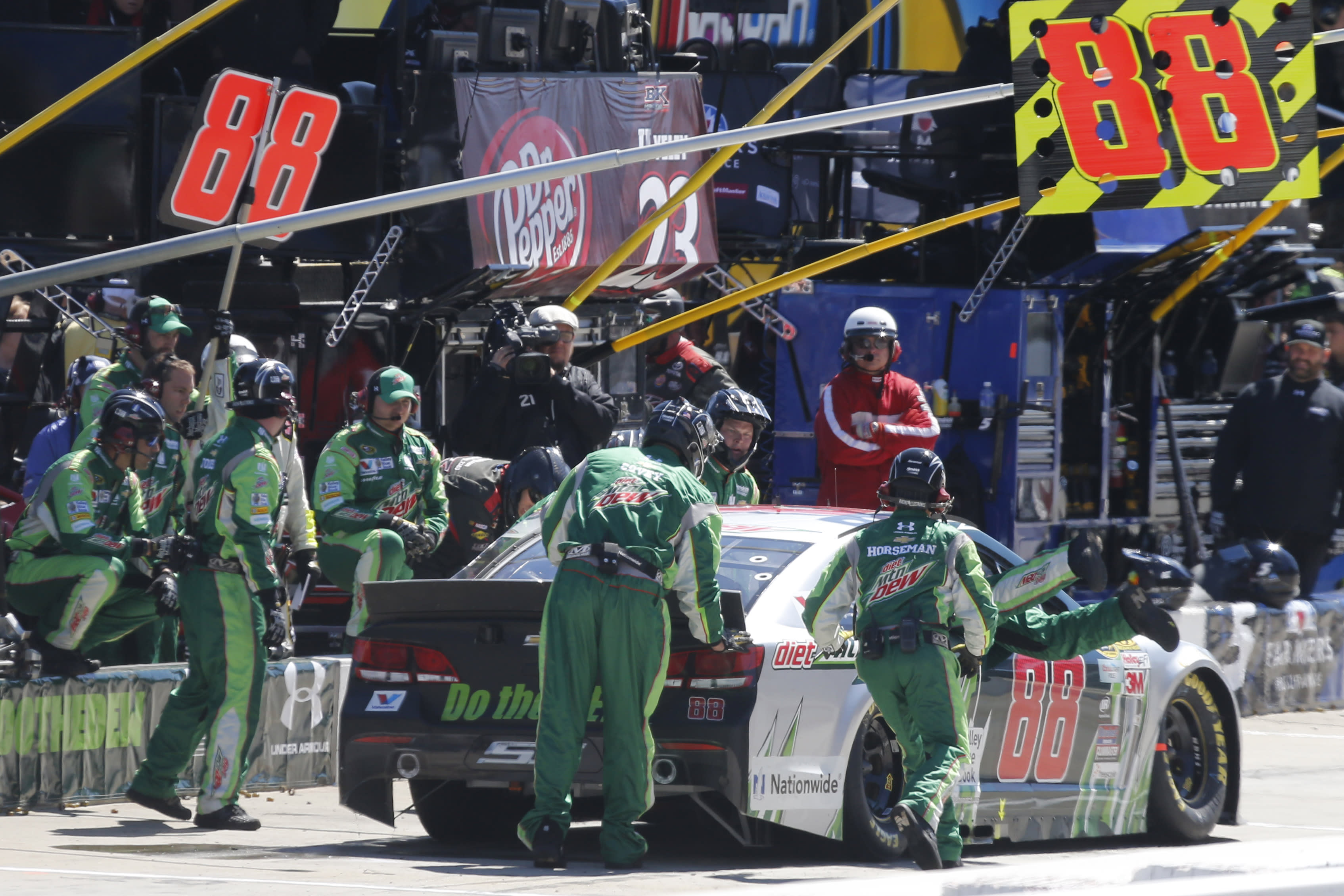 Hamlin wins for 25th time, and fifth time at Martinsville