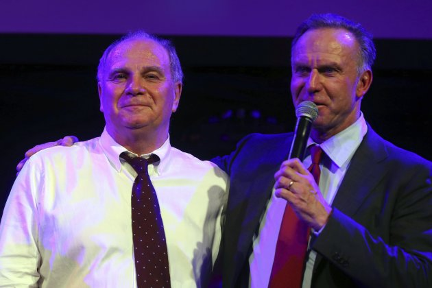Bayern Munich President Uli Hoeness stands with Bayern Munich CEO Karl-Heinz Rummenigge at the team's banquet in London