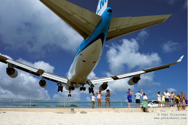 Incredible low approach of a Boeing 747 on the tiny island of St. Maarten thrilling adventurous tourists on Maho Beach. (Photo: Fabi Fliervoet/Flickr)
