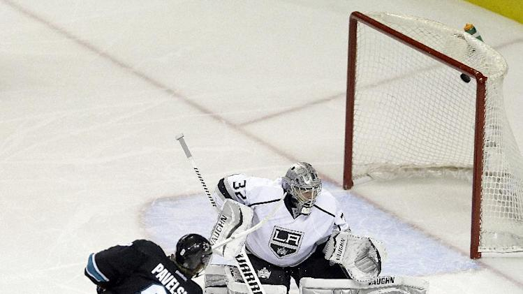 San Jose Sharks' Joe Pavelski (8), scores a goal against Los Angeles Kings goalie Jonathan Quick, right, during the third period of Game 2 of an NHL hockey first-round playoff series Sunday, April 20, 2014, in San Jose, Calif. (AP Photo/Ben Margot)