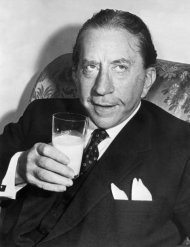 El multimillonario J. Paul Getty bebe un vaso de leche en una fotografía de 1957 (Getty)