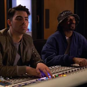 Snoop Dogg Gives Jeff Dye and Joe Jonas a How to in Hip-Hop