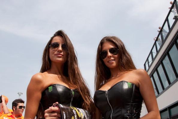 Gadis Payung Seksi Di Sirkuit Moto GP