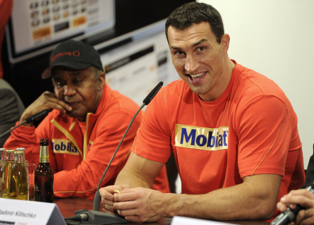Ukrainian Heavyweight Boxing World Champion Wladimir Klitschko (R) Reacts To A Question Sitting Next To His Coach , US AFP/Getty Images
