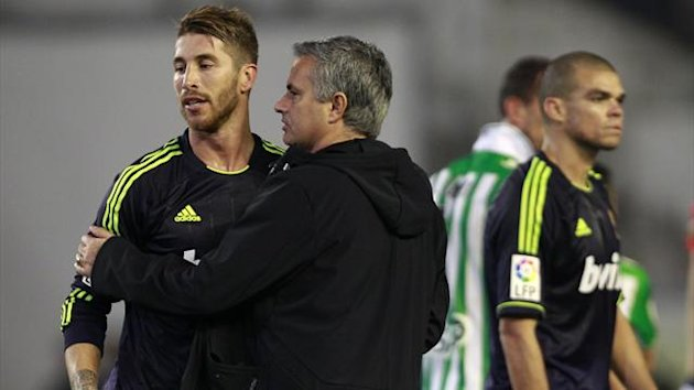 Real Madrid&#39;s coach Jose Mourinho (C) embraces player Sergio Ramos (L) (Reuters)