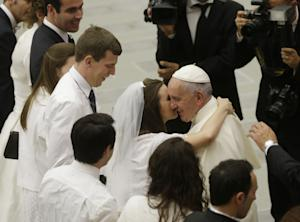 Pope Francis greets newlyweds during the general audience …