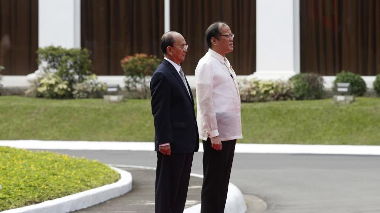 Philippines' President Aquino and Myanmar's President Thein Sein attend a welcoming ceremony in Manila