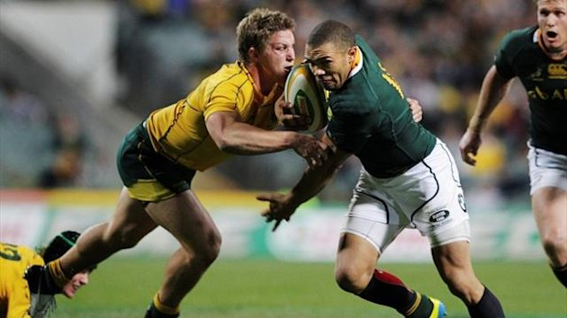 Australia's Wallabies' Michael Hooper (L) moves in on South Africa's Springboks' Bryan Habana (Reuters)