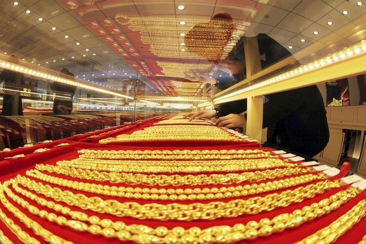 Gold holds ground; focus on timing of Fed rate move