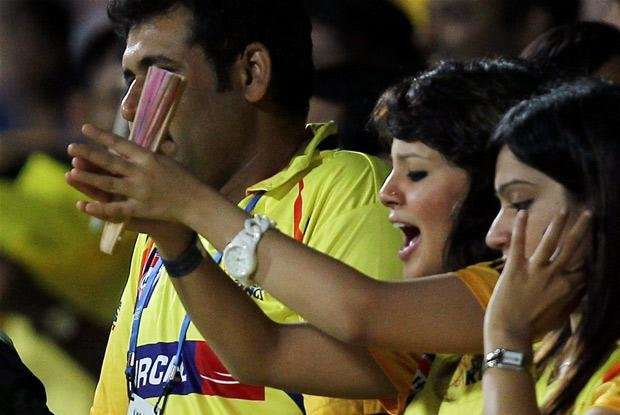 Sakshi cheers for Dhoni-350-13486