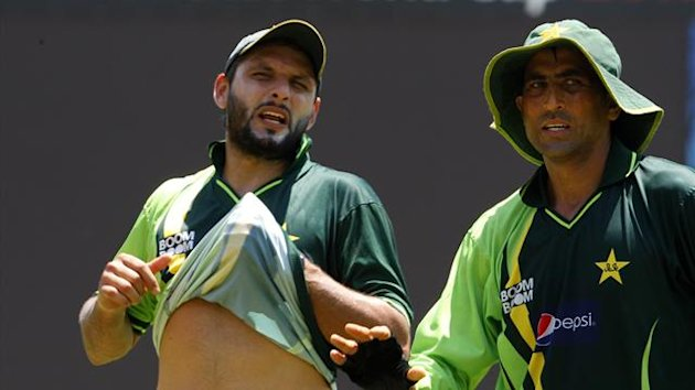 Pakistan's captain Shahid Afridi (L) and Younus Khan speak during a practice session ahead of their ICC Cricket World Cup match against Australia on Saturday, in Colombo March 17, 2011 (Reuters)