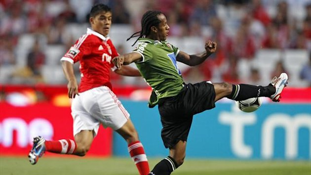 Benfica's Melgarejo challenges Braga's Salino (L) during their Portuguese Premier League match at Luz stadium (Reuters)