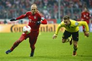 Bayern Munich's Arjen Robben (L) is followed by Borussia Dortmund's Sven Bender during their German soccer cup, DFB Pokal, quarter final match in Munich February 27, 2013. REUTERS/Michaela Rehle