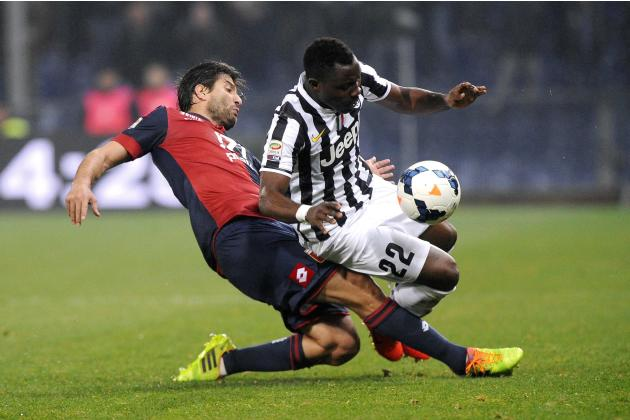Juventus' Kwadwo Asamoah fights for the ball with Genoa's Giuseppe Sculli during their Italian Serie A soccer match in Genoa