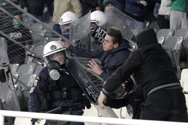 Incidente 2012-03-18T231644Z_744862658_GM1E83J0KEW01_RTRMADP_3_SOCCER-GREECE-RIOTS