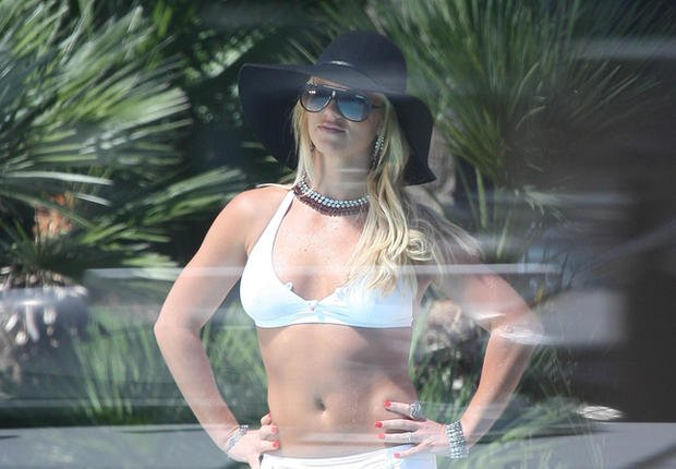 Britney Spears (se) tweete en bikini