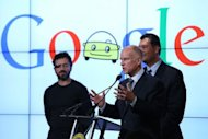 Jerry Brown ao lado do senador Alex Padilla (D) e do co-fundador do Google, Sergey Brin.
