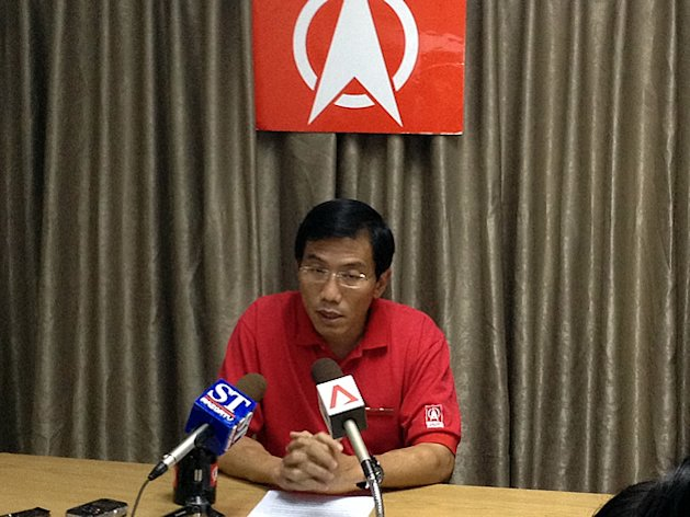 SDP secretary-general Chee Soon Juan presented his party's 'novel' proposal at a press conference called on Friday evening. (Yahoo! photo)