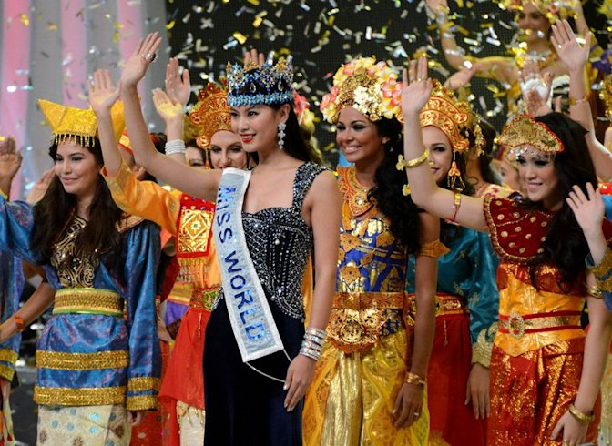 Miss World 2012, Wenxia Yu (centre) of China, waves with 2013 contestants in Nusa Dua, Bali, on September 8, 2013