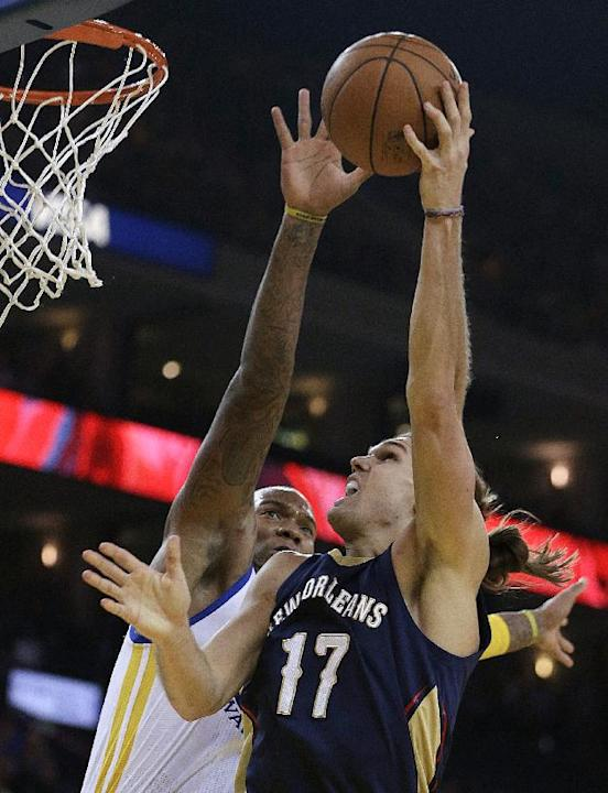 New Orleans Pelicans' Lou Amundson (17) shoots against Golden State Warriors' Marreese Speights, left, during the first half of an NBA basketball game Tuesday, Dec. 17, 2013, in Oakland, Calif