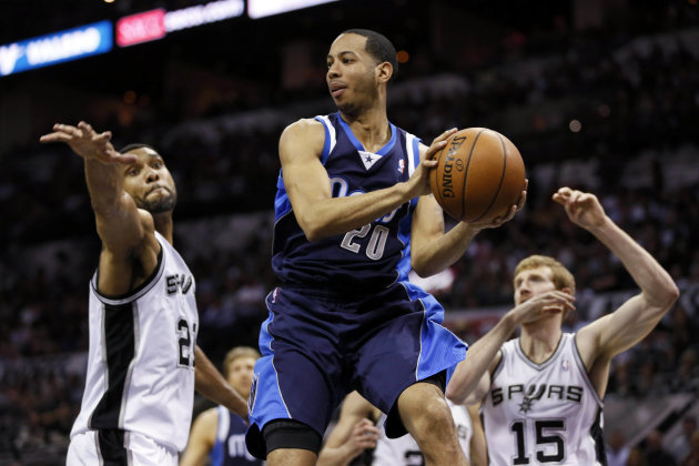 Devin Harris surveys the floor. (Soobum Im-USA TODAY Sports)