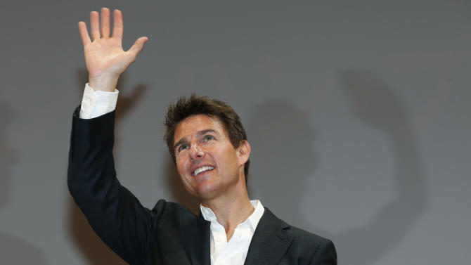 "U.S. actor Tom Cruise waves to fans during the Japan premiere of his new movie ""Jack Reacher"" in Tokyo,  Wednesday, Jan. 9, 2013. (AP Photo/Shizuo Kambayashi)"