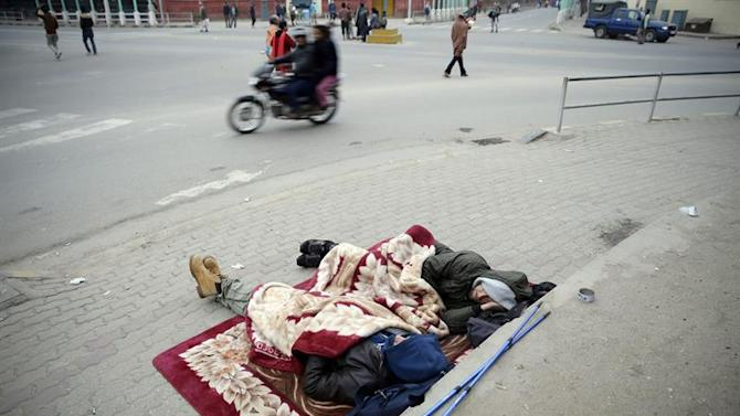 . Kathmandu (Nepal), 26/04/2015.- Tourists sleep at a street during early morning a day after a massive earthquake, in Kathmamdu, Nepal, 26 April 2015. More than 1,800 people were confirmed dead and many more were feared trapped under rubble on 25 April in Nepal's worst earthquake in more than 80 years. The official death toll from the magnitude-7.9 earthquake reached 1,805, the Home Ministry said. One official said that figure could triple. Saturday's quake flattened buildings across the country and razed many historic landmarks. It was also felt in China, Bangladesh and India, where more than 40 deaths were reported. Buildings in the ancient centre of Kathmandu were destroyed, leaving mounds of timber and rubble, local television reported. (Terremoto/sismo) EFE/EPA/NARENDRA SHRESTHA