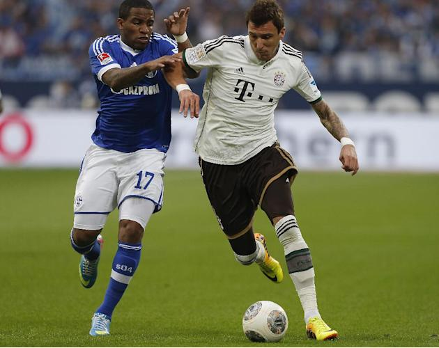 Schalke's Jefferson Farfan of Peru, left, and Bayern's Mario Mandzukic of Croatia challenge for the ball during the German first division Bundesliga soccer match between Schalke 04 and Bayern Munich i