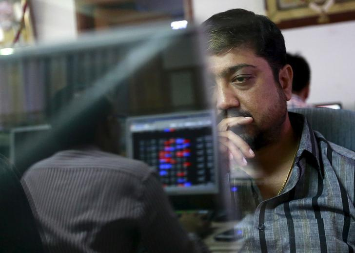 Sensex ends more than 1 percent lower; IT slumps