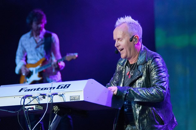 Howard Jones displayed his keyboard-playing skills as he performed most of his songs. (Yahoo! photo)