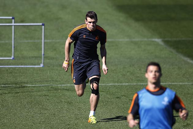 Real's Cristiano Ronaldo, right front, and Gareth Bale attend a training session in Madrid, Spain, Monday March 17, 2014, ahead of the Champions League round of 16, second leg, soccer match betwee