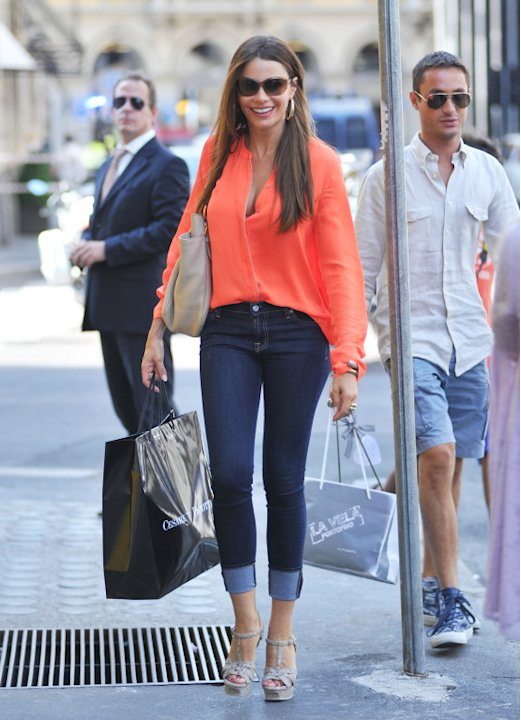US/AUS/NZ ONLY Sofia Vergara shopping in the boutiques of Milan