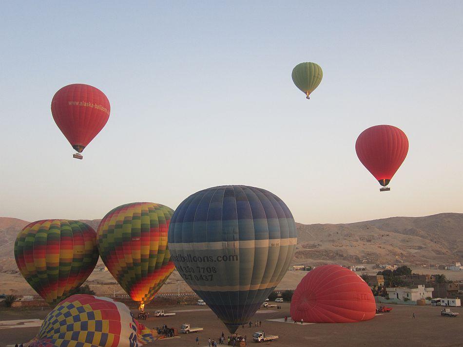 http://l.yimg.com/bt/api/res/1.2/LfDGpcaH3htELOgZ0HRaQw--/YXBwaWQ9eW5ld3M7Zmk9Zml0O2g9NzEzO3E9ODU7dz05NTA-/http://l.yimg.com/os/401/2012/05/14/Hot-air-balloons-at-Valley-of-the-Kings-Luxor-JPG_094903.jpg