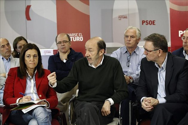 Fotografa facilitada por el PSOE de su secretario general, Alfredo Prez Rubalcaba (c), junto a los portavoces de los grupos parlamentarios del PSOE en el Congreso, Soraya Rodrguez (i), y en el Sena