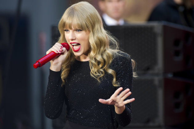 "Taylor Swift performs on ABC's ""Good Morning America"" on Tuesday, Oct. 23, 2012 in New York. (Photo by Charles Sykes/Invision/AP)"