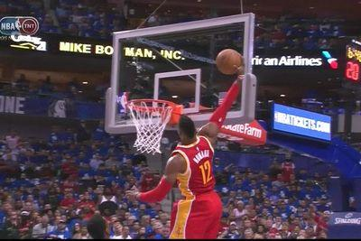 Dwight Howard travels back to 2011 for one-handed alley-oop slam